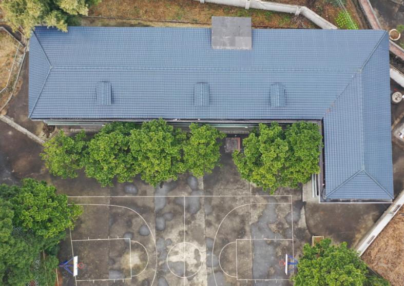 乡村学校屋顶换树脂瓦